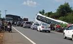 Gần chục đối tượng truy sát người đi ô tô khiến xe khách lao vào ven đường