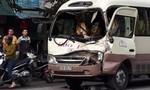 Xe khách vượt đèn đỏ tông xe tải, dân cạy ca bin cứu tài xế