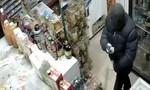 Clip người phụ nữ dùng chổi đuổi tên cướp có súng
