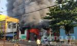 Biển lửa bao trùm kho nông sản ở Sài Gòn, nhiều ô tô bị thiêu rụi
