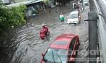 Hình ảnh người dân Sài Gòn khốn khổ trong cơn mưa lớn đầu mùa