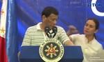 Clip con gián bò lên vai tổng thống Philippines khi đang phát biểu