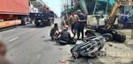 Xe máy chạy vào đường cấm, hai mẹ con bị xe tải tông nhập viện