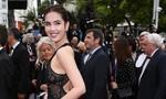 """Ngọc Trinh bị """"ném đá"""" vì mặc lố lăng trên thảm đỏ Cannes"""