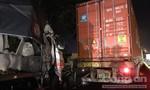 """""""Hôn"""" đuôi container, xe tải biến dạng, trái cây đổ tràn quốc lộ"""