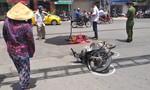 Người mẹ hoảng loạn khi bé gái chết thảm dưới bánh xe khách