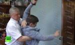 Clip quan chức Nga quật ngã phóng viên khi được hỏi về tiền... xây biệt thự