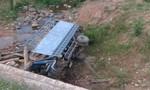 Xe tải rơi xuống suối, 2 người tử vong