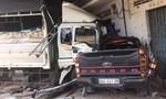 """Xe tải mất lái """"ủi"""" xe bán tải rồi tông thẳng vào cửa hàng xe máy"""