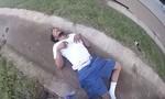 Clip người đàn ông trốn cảnh sát bằng cách nhảy từ cây cầu xuống đất