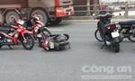 Xe máy và container chắn giữa cầu Đồng Nai, giao thông ùn tắc