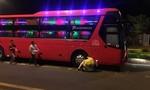 Bé 5 tuổi chạy qua đường bị xe khách tông tử vong thương tâm