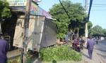 Xe tải mất lái tông gãy dải phân cách, suýt lao vào nhà dân