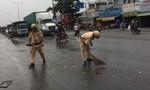 CSGT quét dọn các mảnh vỡ trên đường sau tai nạn
