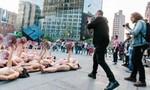 Hàng trăm người khỏa thân trước trụ sở Facebook phản đối việc kiểm duyệt