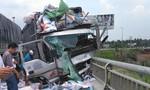Xe tải đổ dốc cầu Rạch Miễu mất lái tông xe SH, 2 người tử vong