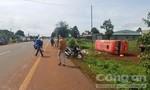 Xe khách bị lật khi tránh người qua đường, 2 người thương vong
