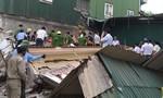 Sập tường khi tháo dỡ nhà cũ, 2 người bị vùi lấp