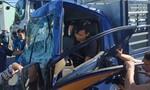 Húc đuôi xe khách dừng đèn đỏ, tài xế xe tải kẹt trong ca bin