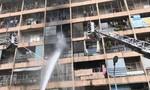 Cảnh sát dùng xe thang cứu một bé gái khỏi lửa dữ