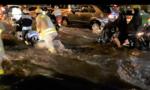 CSGT TP.HCM giải quyết sự cố, giúp dân vượt qua mưa lớn