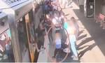 Clip bé trai 4 tuổi rơi xuống khe tàu điện ở Úc