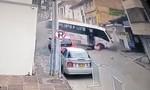 Clip tài xế xe buýt văng ra đường khi xe lao dốc