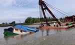 Sà lan chở 200 khối cát bị sóng đánh chìm ở Sài Gòn