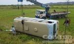 """Nữ công nhân nắm tay tài xế khiến xe """"bay"""" xuống ruộng, 21 người bị thương"""