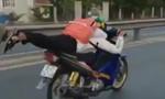 Xử phạt nam thanh niên nằm trên yên xe máy điều khiển
