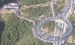 Clip du khách thích thú trên cây cầu kính hình vợt tennis