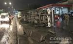 Kinh hoàng xe tải lật nhào, đè nát xe máy ở Sài Gòn
