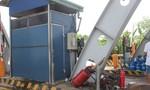 Xe tải tông nhau khiến trạm thu phí hư hỏng nặng