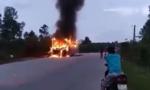 Xe khách giường nằm chở gần 30 người cháy trơ khung