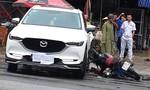 Hai thanh niên nguy kịch vì xe máy tông ngang hông ô tô