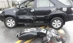 Xe máy lao thẳng vào ô tô 7 chỗ, nam thanh niên bị thương nặng