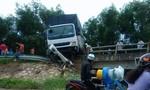 Xe tải tông sập lan can cầu vì... đường trơn