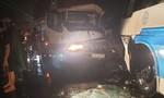 Xe chở công nhân đối đầu xe tải, tài xế trọng thương kẹt trong cabin