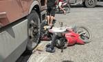 """Xe container cán nát xe máy tại giao lộ """"tử thần"""" ở Bình Dương"""