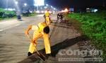 CSGT dọn đá rơi trên đường trong đêm, giúp giao thông an toàn
