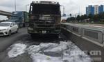 Xe ben cháy trên xa lộ Hà Nội, tài xế may mắn thoát nạn