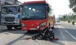 Xe máy gãy rời sau cú tông trực diện xe đưa rước công nhân