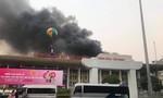 Khói lửa cuồn cuộn bốc lên từ Cung văn hóa hữu nghị Việt Xô