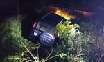Ô tô lao xuống ven đường, tài xế đập đầu vào vô lăng tử vong