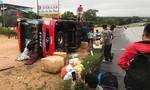 Xe khách lật nhào khi tránh xe tải, 3 người bị thương
