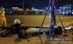 Xe máy húc gãy cột đèn chiếu sáng ở Sài Gòn, thanh niên tử vong
