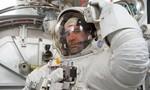 Video bật mí cách các phi hành gia mặc quần áo trên trạm vũ trụ