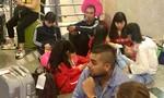 Hành khách vạ vật trong mệt mỏi tại sân bay Tân Sơn Nhất