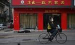 Người đàn ông đeo khẩu trang gục chết trên đường phố Vũ Hán