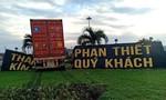 """Xe container tông sập tấm bảng """"Thành phố Phan Thiết kính chào quý khách"""""""